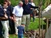 Vorstandsmitglied Dieter Jung spendet 3 Bäume für 3 Enkel Pflanzung durch einen Enkel unter Assistenz der Eltern und des Großvaters [Foto: Dr. E. Handke]